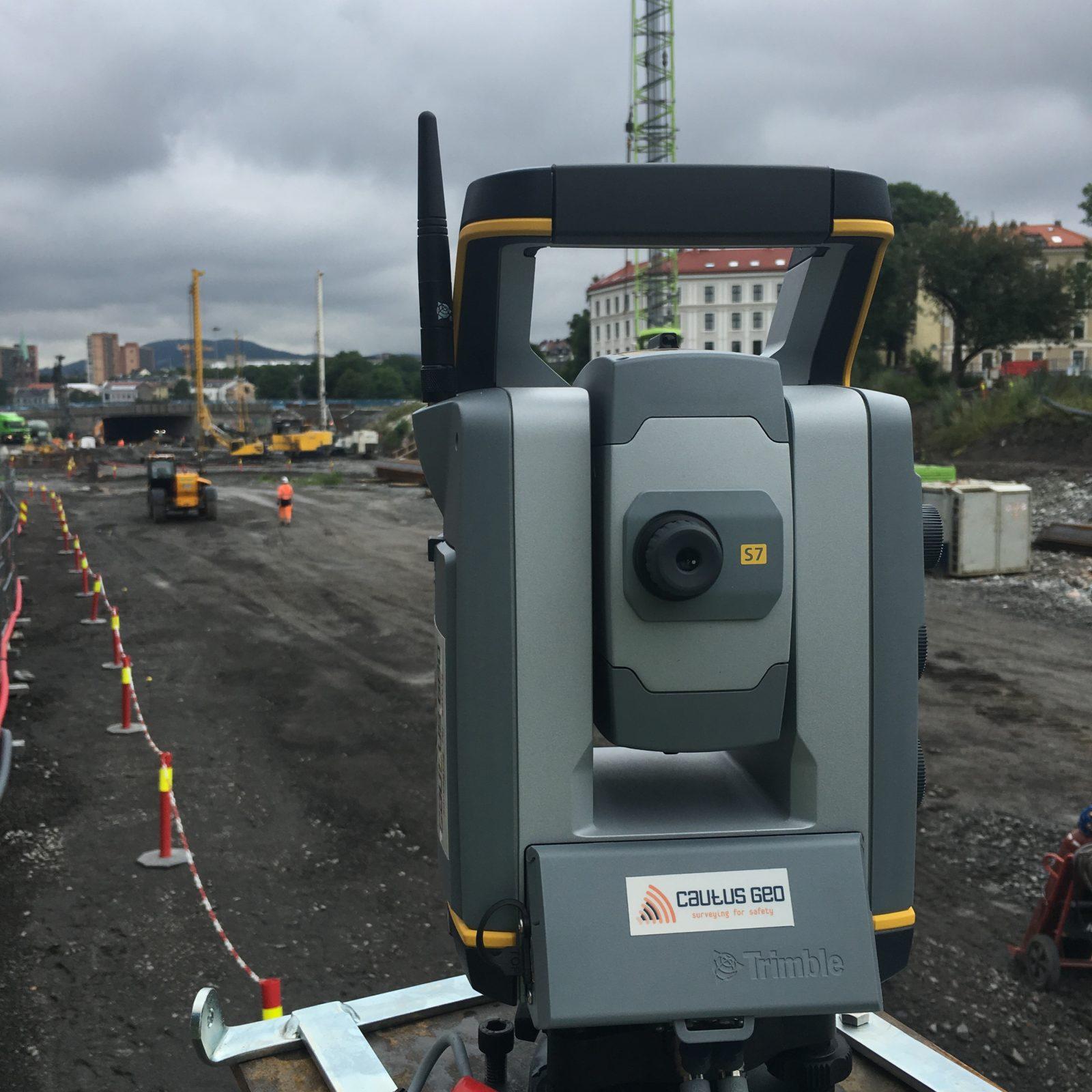 total stasjon måler deformasjoner på byggeplass