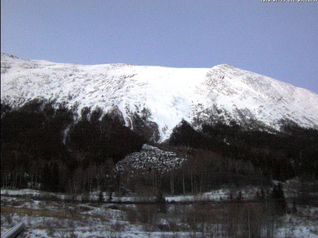 Her går skredet. Få minutter senere er hele dette området begravd av store snømasser.Også radaren ble tatt av snøskredet 25. februar i Lom.