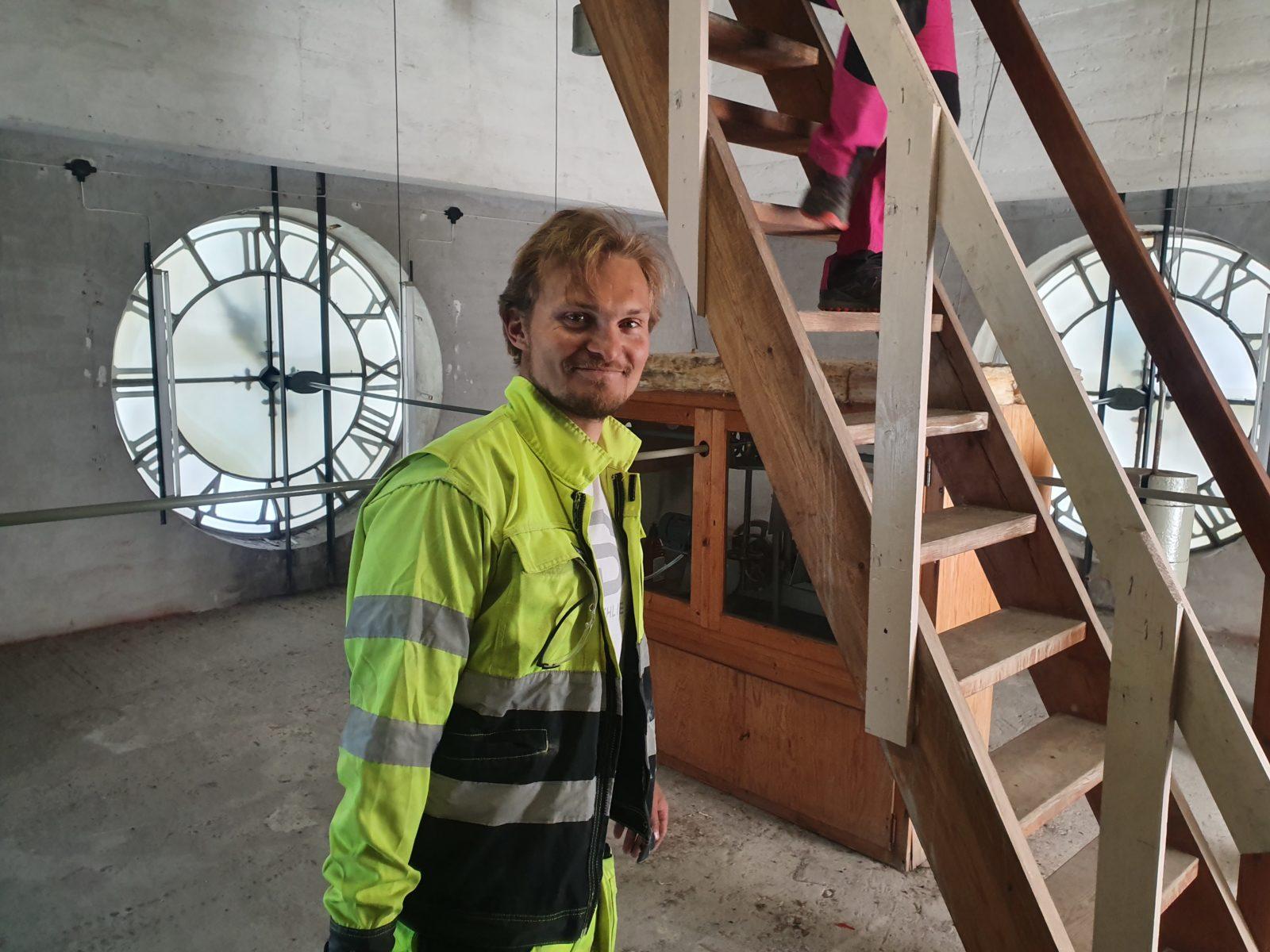 Lars Steinar Hefre på vei opp i spiret på Fredrikstad domkirke.