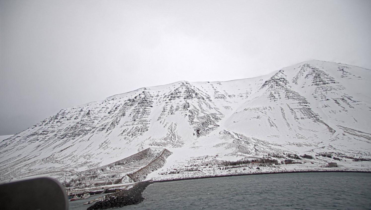 Flateyri er beskyttet av skredvoll. Nå overvåker Cautus Geo fjellsiden på begge sider av stedet.