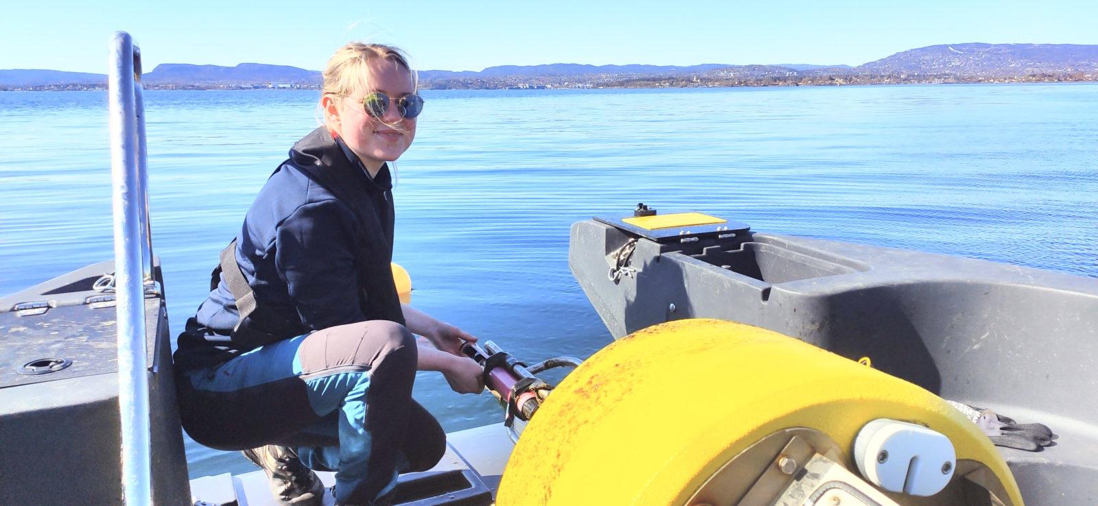 Miljøgeolog Frøya Vold Bjørvik (27) er ny i Cautus Geo. Her på oppdrag med ettersyn av målebøye i Oslofjorden.