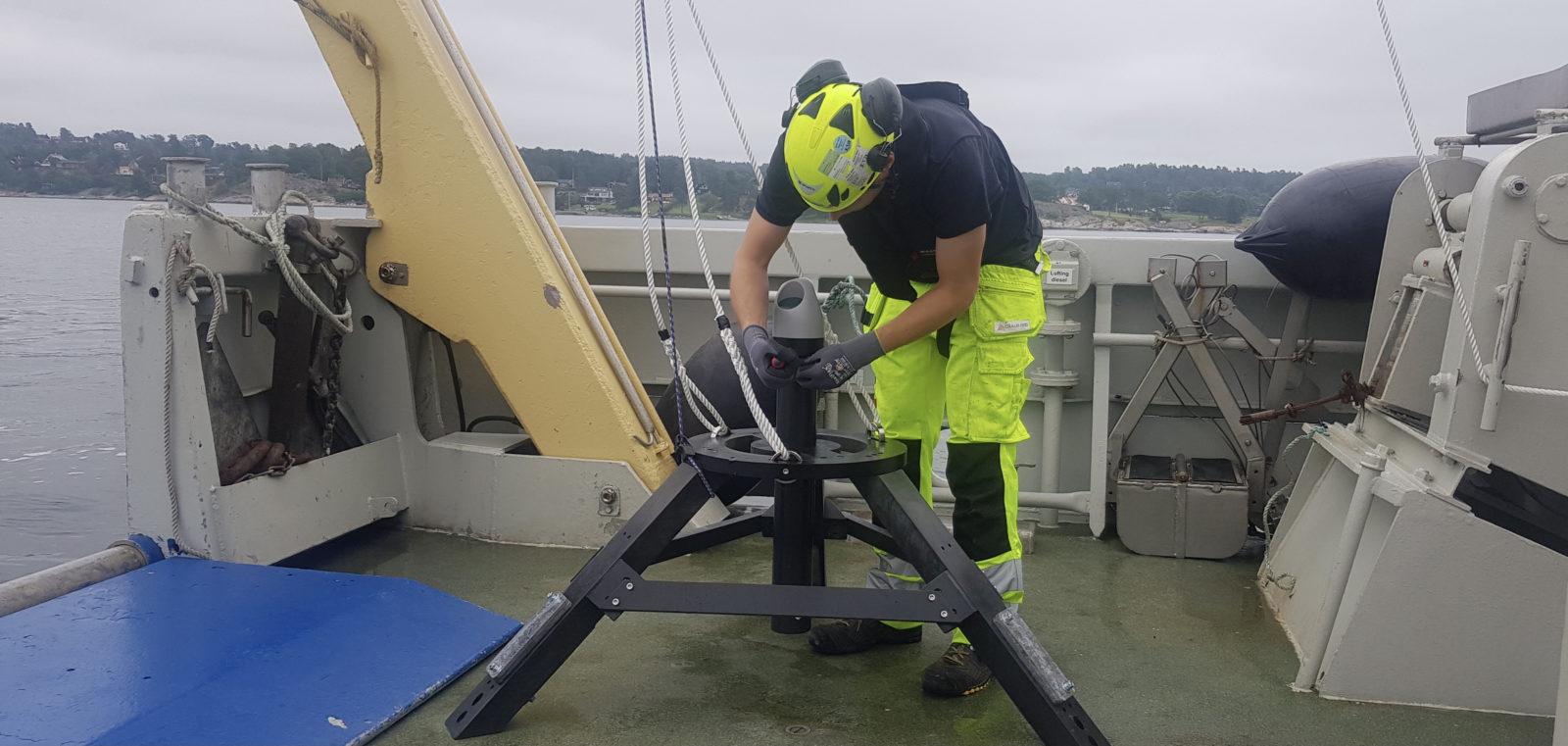 UTVIDER. Cautus Geo utvider med egne strømningsmålere. Her under klargjøring av akustisk måler i Oslofjorden utenfor Moss.